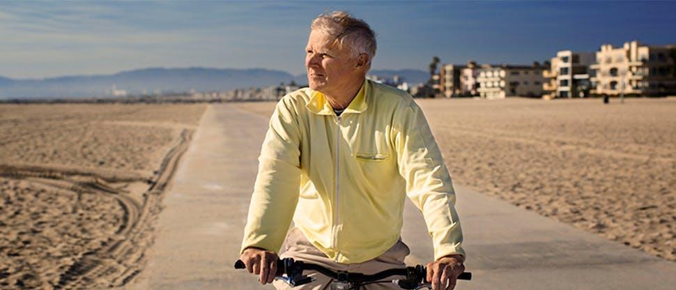 Bărbat plimbându-se cu bicicleta
