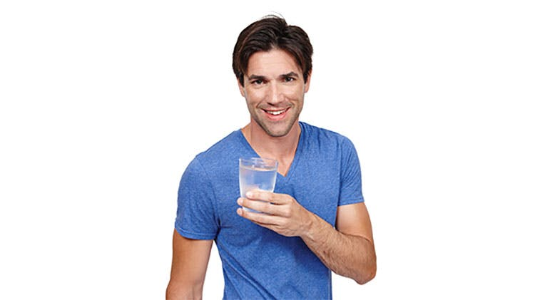 Bărbat cu o băutură rece