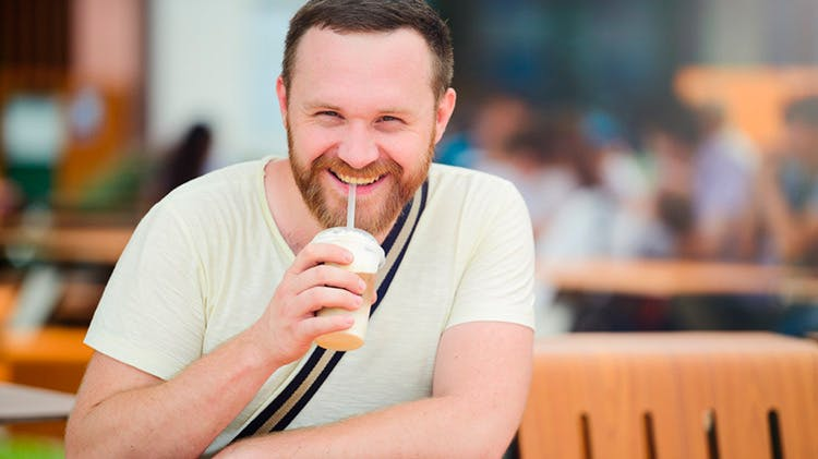 Мужчина с холодным напитком