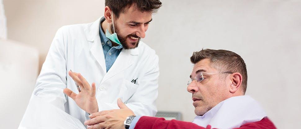 Врач-стоматолог и пациент