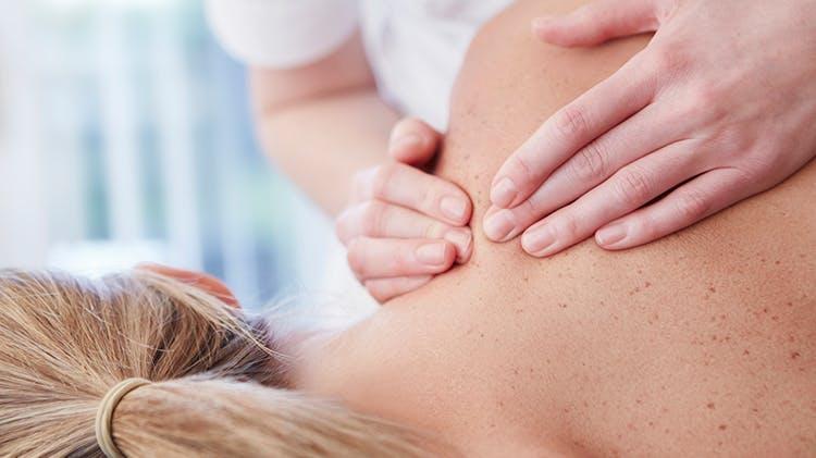 Женщина во время массажа