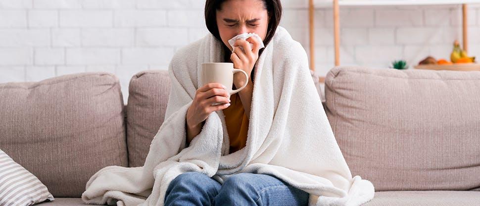 Девушка заболела и чихает