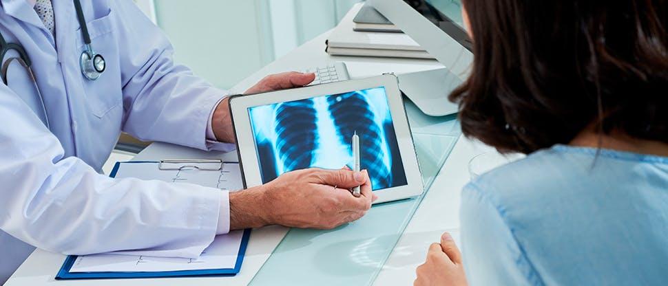 врач показывает пациенту снимок