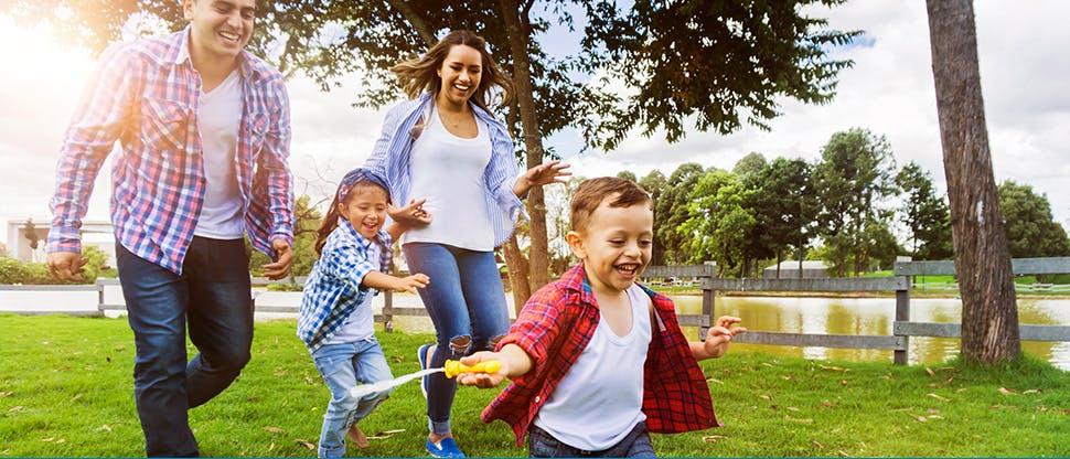 Семья играет в парке