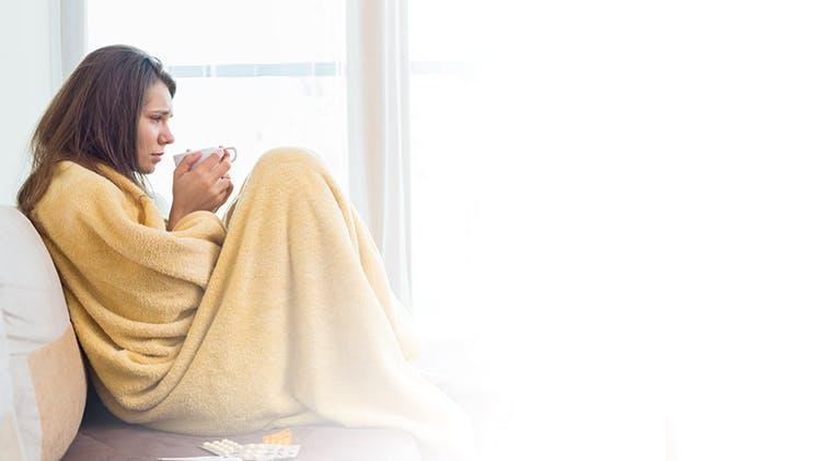 Женщина по одеялом