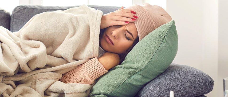 девушка лежит в постели с температурой