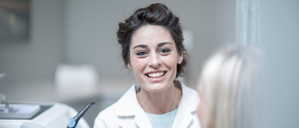 Улыбающийся стоматолог