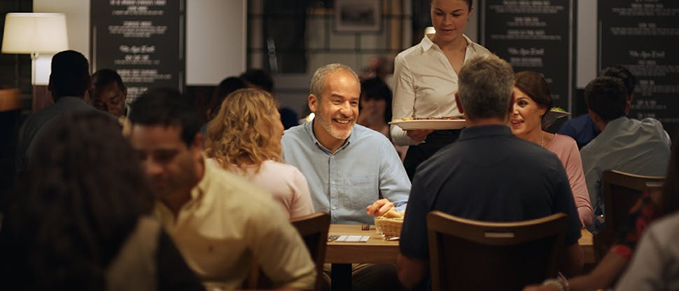 Ľudia pri večeri