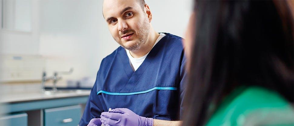 Pacient so zubným lekárom pri hodnotení