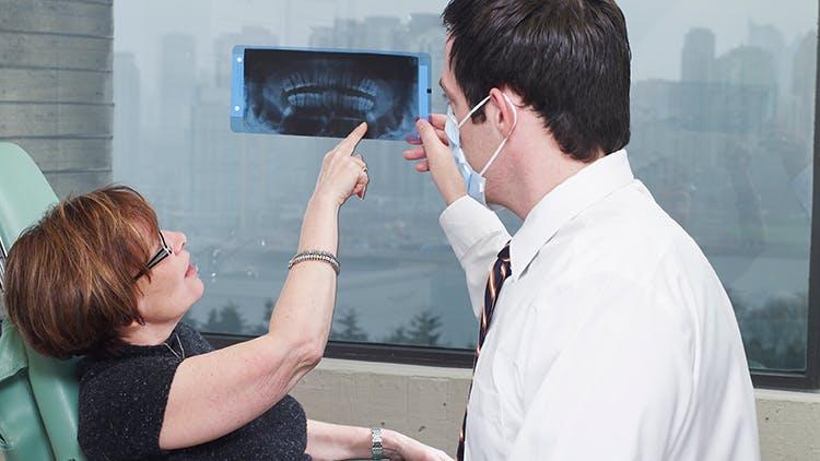 Стоматолог з пацієнтом