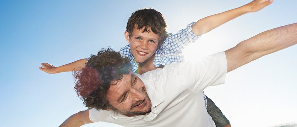 Чоловік із хлопчиком на спині