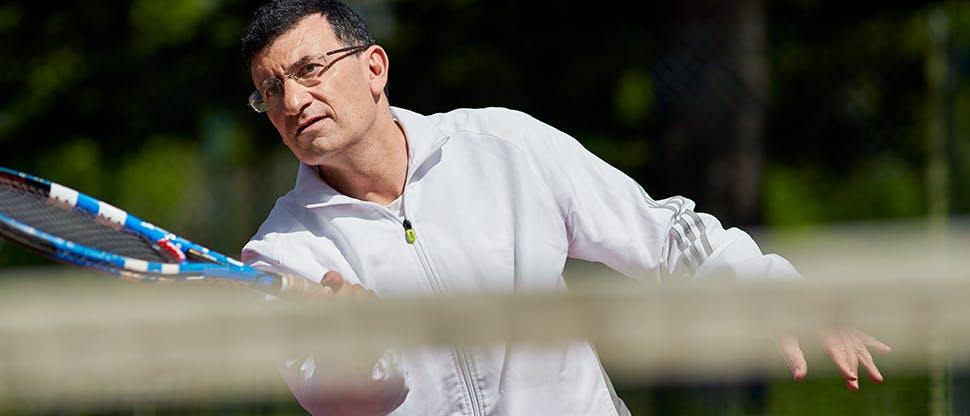 Чоловік, що грає в теніс