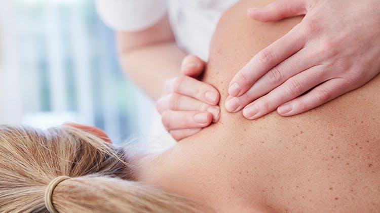 Жінка, якій роблять масаж