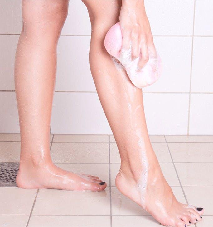다리를 닦고 있는 모습