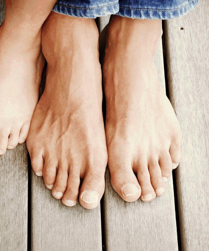 발과 접촉하고 있는 다른 발 - 라미실
