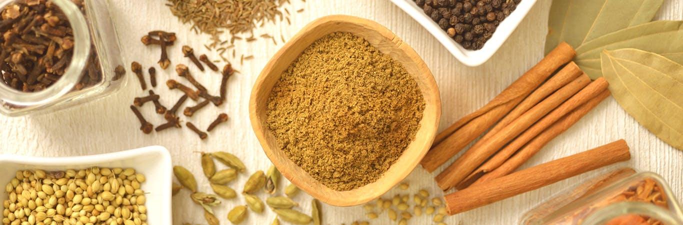 Uma foto no estilo flat lay de temperos e ingredientes.