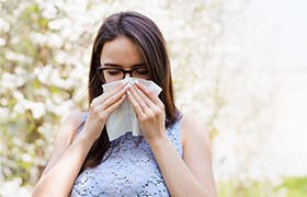 Woman suffering from pollen allergy, such as hay fever, whose symptoms can be avoided by using Otrivin Allergy Nasal Spray.