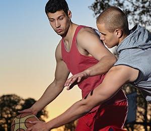 رجلان يلعبان الكرة