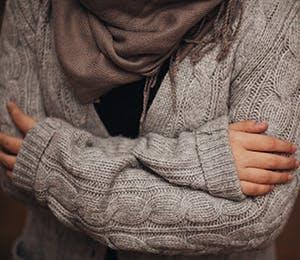 امرأة تشعر بألم الجسم والبرد