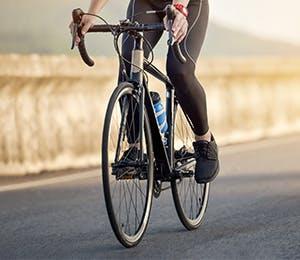 شخص يقود الدراجة