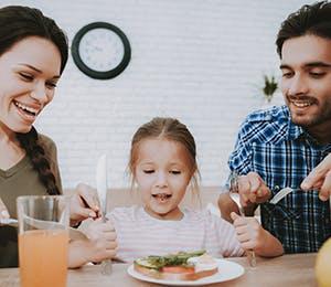 عائلة تتناول الفطور الصحّي