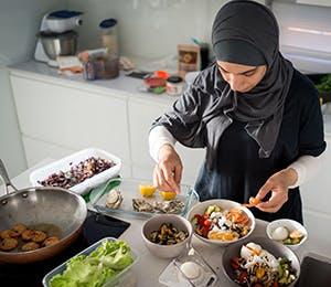 امرأة تحضّر الأكل