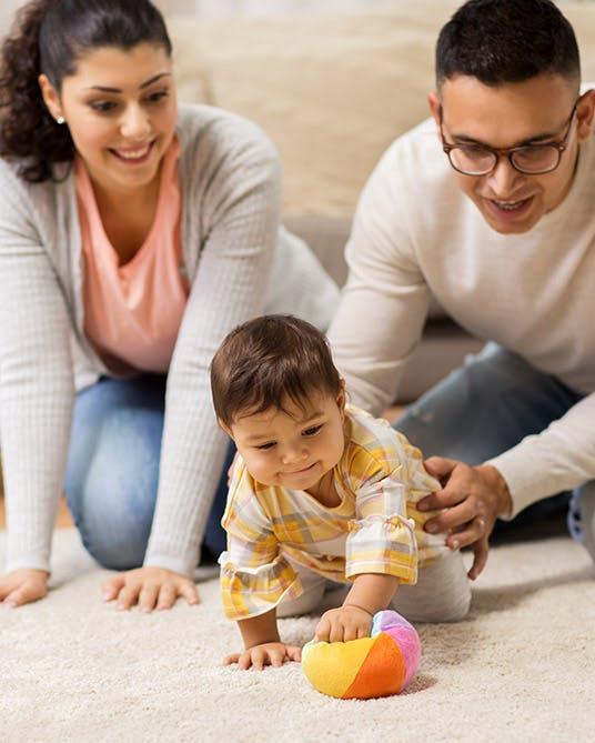 أم وأب يلعبان مع طفل