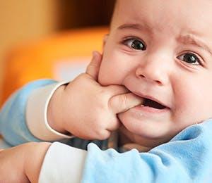 طفل يعاني من ألآم الأسنان