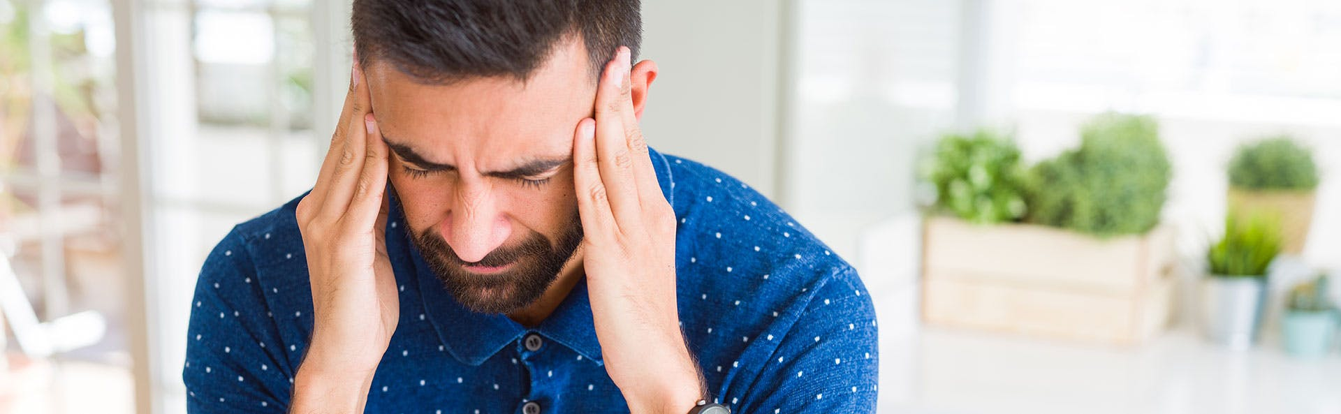 رجل يعاني من السعال والألم في الجسم