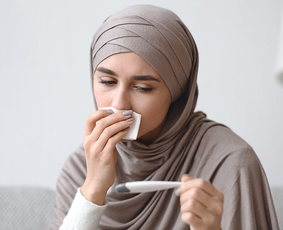 امرأة مصابة بالحمى