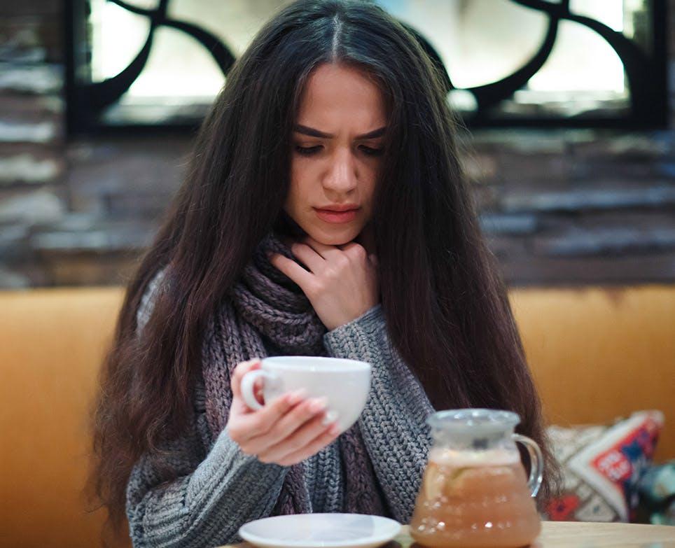 امرأة تعاني من التهاب الحلق