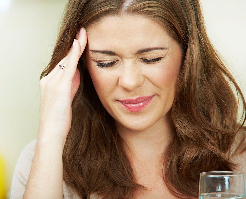 امرأة تشعر بوجع في الرأس