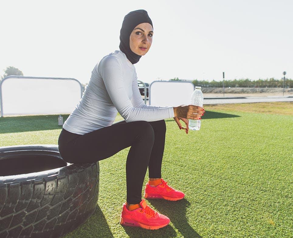 امرأة تستريح بعد الرياضة