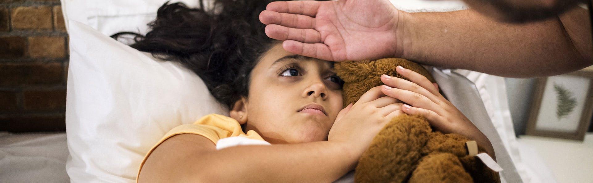 طفلة تعاني من ارتفاع الحرارة والحمّى