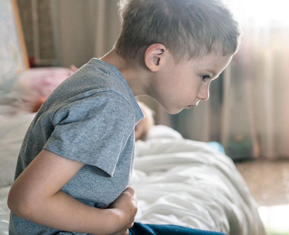 طفل يعاني من ألم المعدة والإسهال