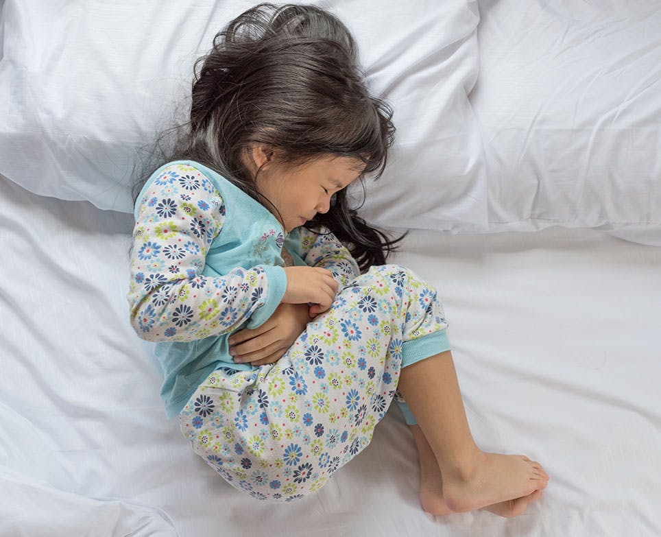 طفلة تعاني من أوجاع المعدة والتشنّج