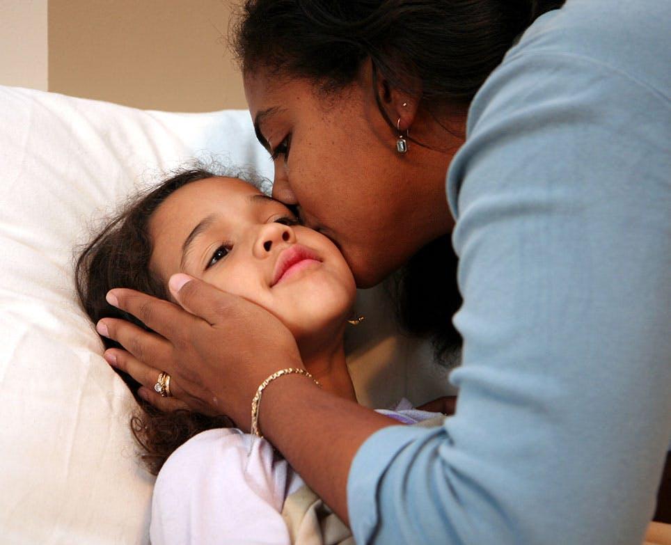 والدة تقبّل ابنتها