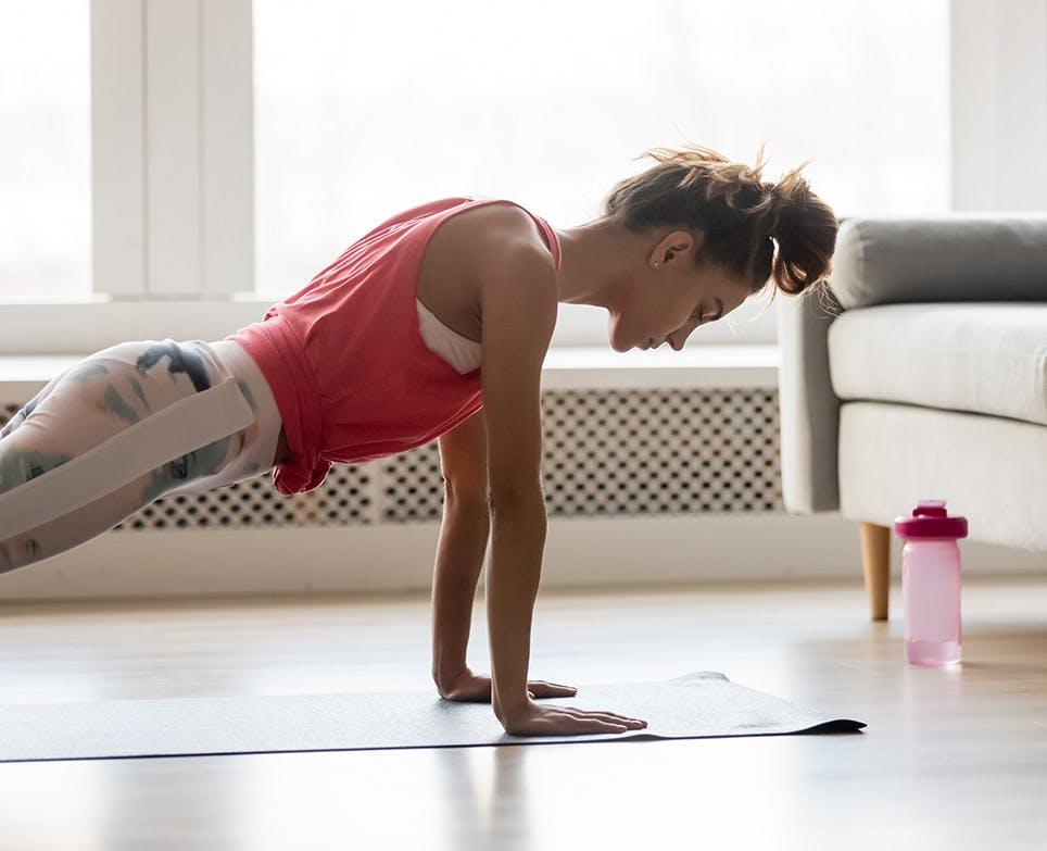 Mujer haciendo ejercicio en su casa.