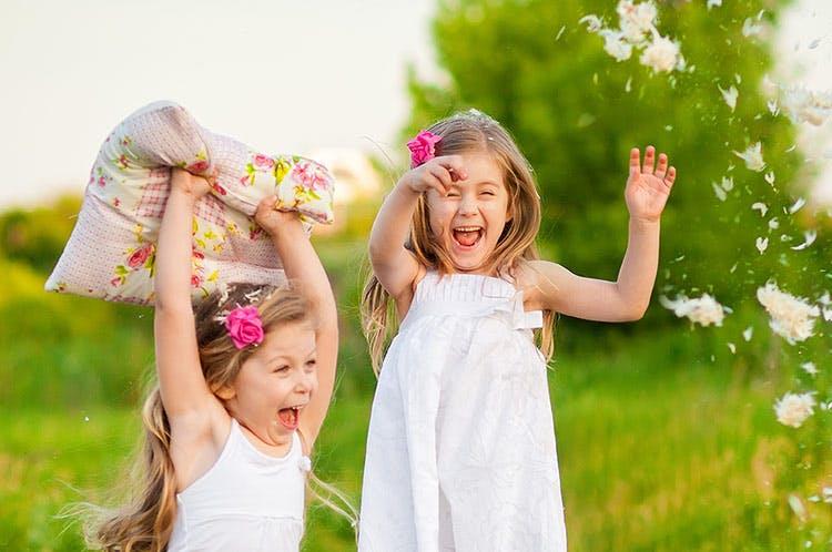 Børn leger med pudder udenfor