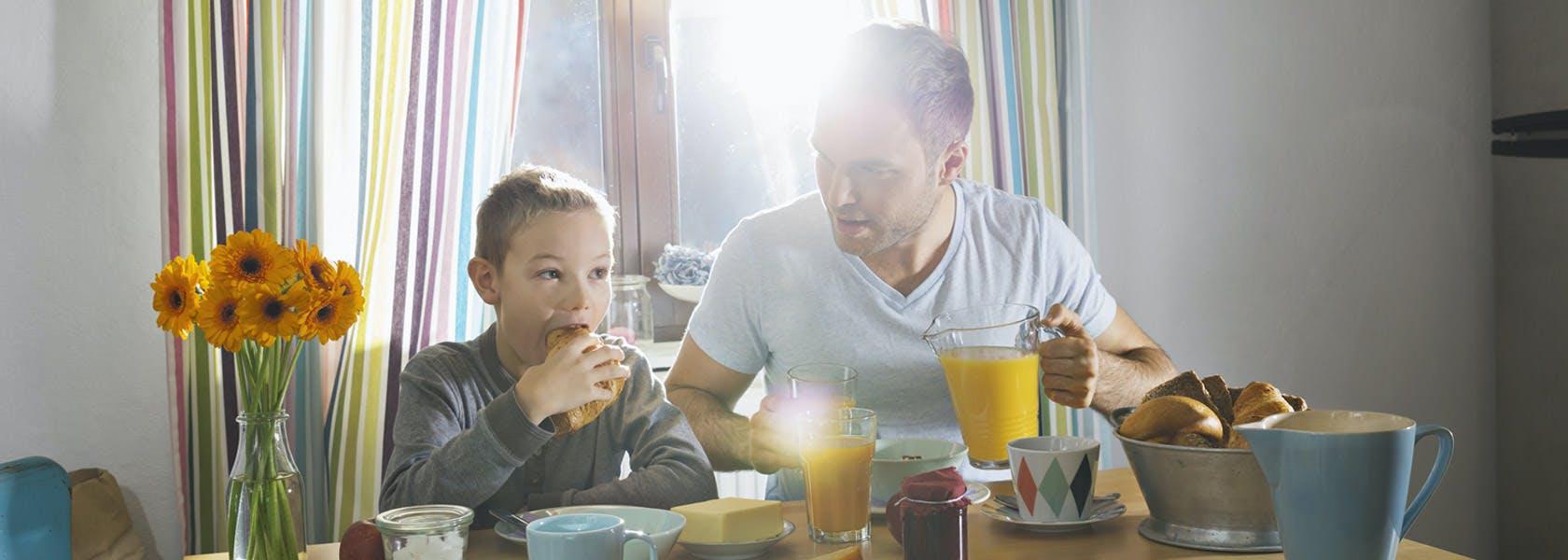 Familie spiser en sund morgenmad sammen