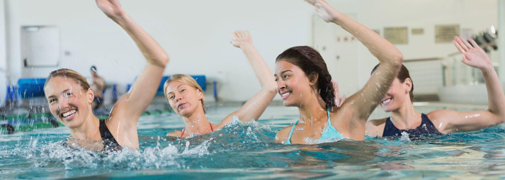 Kvinder laver øvelser mod ledsmerter og for et bedre helbred