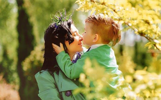 Ung mor hygger med sin søn udenfor