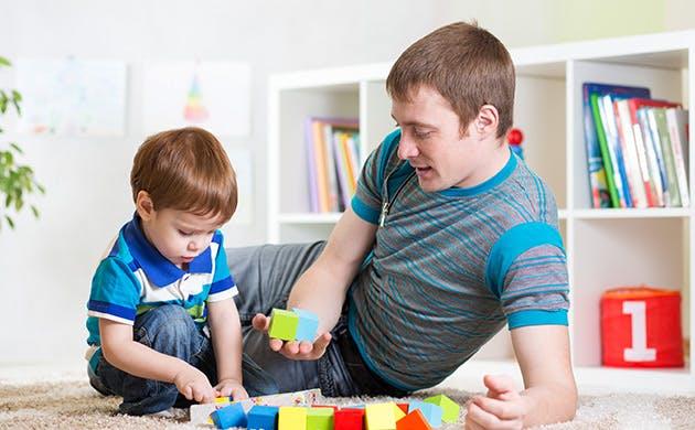 Far og søn leger sammen derhjemme