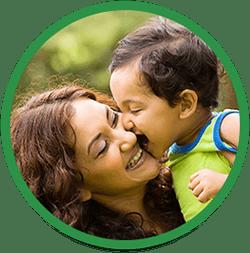 Mor omfavner sit barn