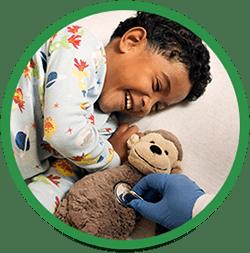 Dreng leger med sin bamse