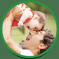 Far løfter sin datter