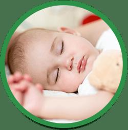 Baby sover i sin seng
