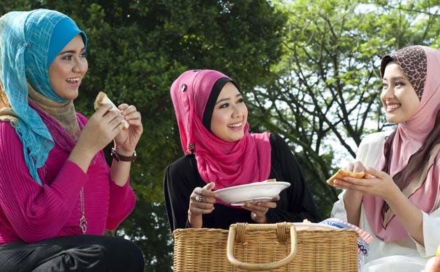 3 friends having a picnic