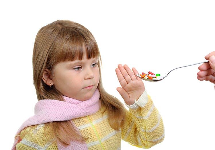 Niña se niega a recibir su medicina.