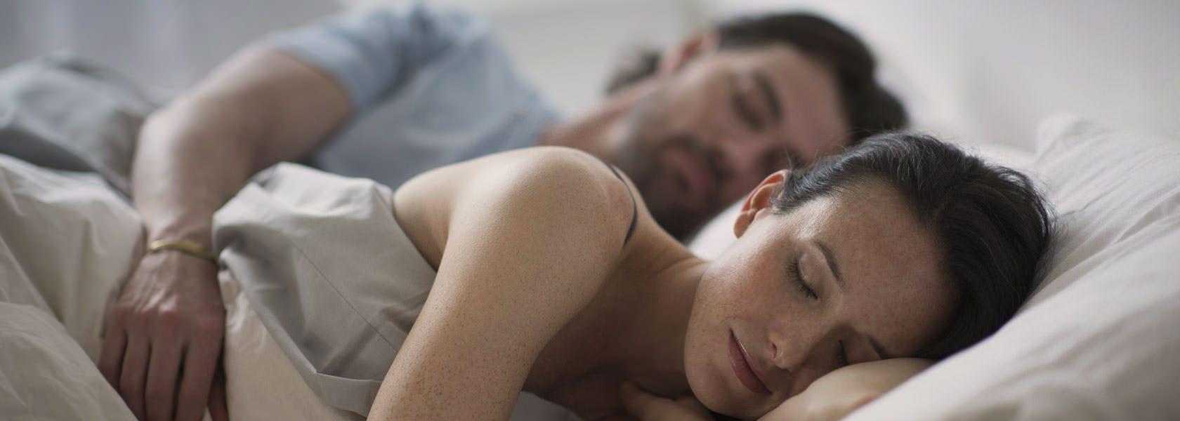 Pareja de hombre y mujer durmiendo